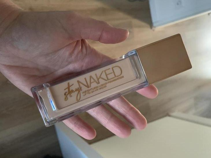 Stay Naked Foundation onder 50 kleuren par Denise